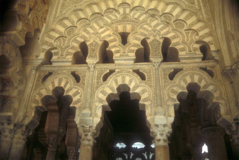 """Según la página web, de todas las ampliaciones que se le hicieron a la Mezquita de Córdoba """"la última, hecha por al-Haquén II, es la que ofrece mayores novedades""""; esto en cuanto al estilo utilizado. Aquí se muestra un sistema de arcos entrecruzados, que se encuentran en la nave central de la mezquita."""