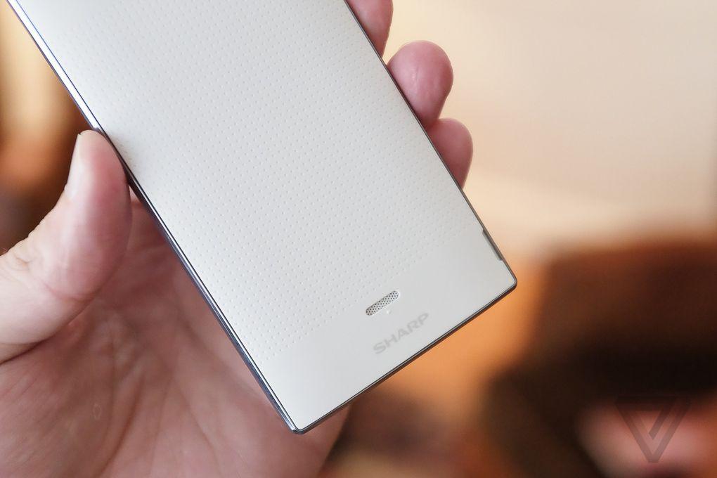 Smartphone Acquos Crystal, lançado recentemente. (Fonte: http://www.theverge.com/2014/8/19/6045973/sharp-aquos-crystal-sprint-hands-on)