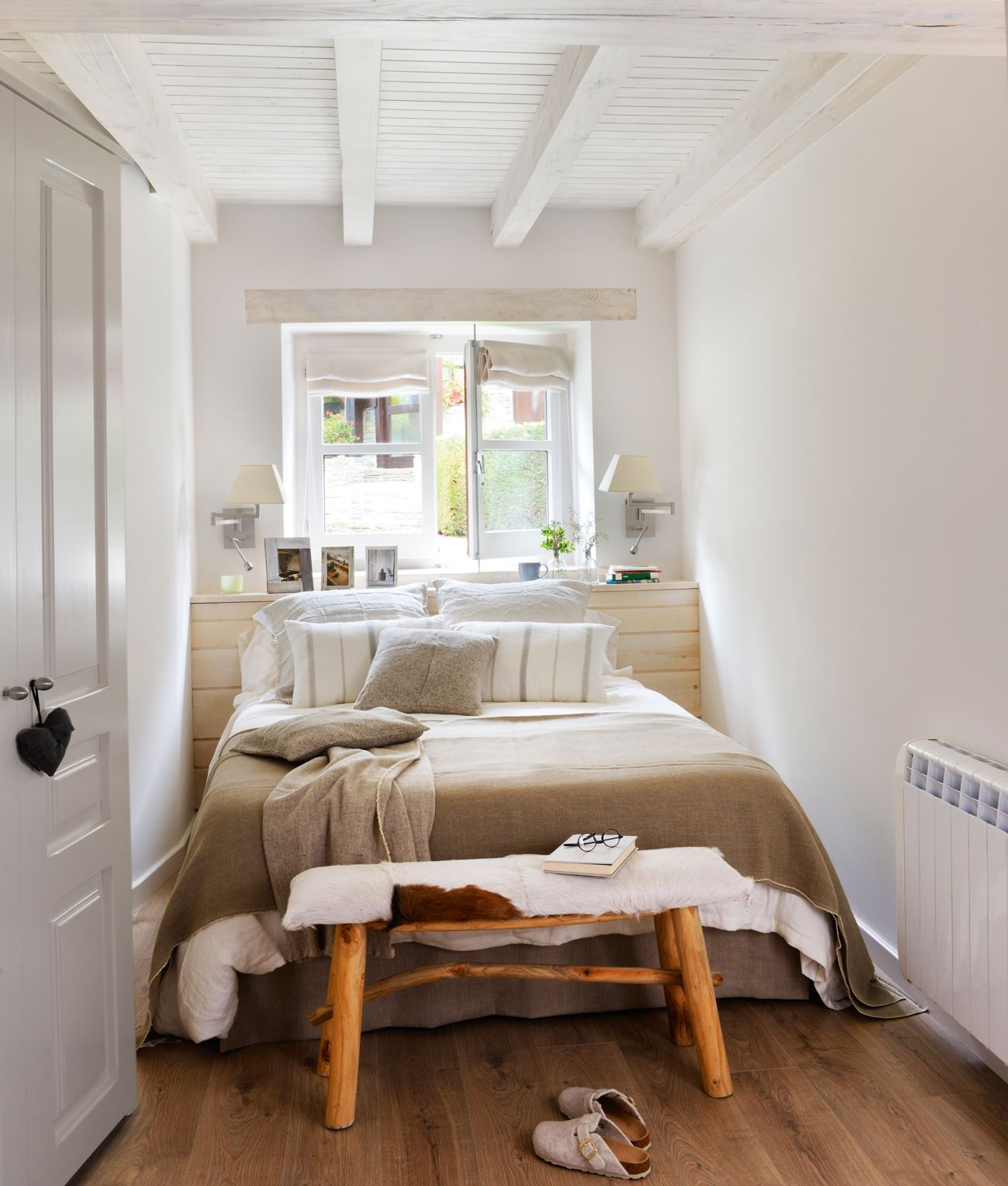 Dormitorio peque o r stico en blanco con cabecero a medida for Muebles piso pequeno
