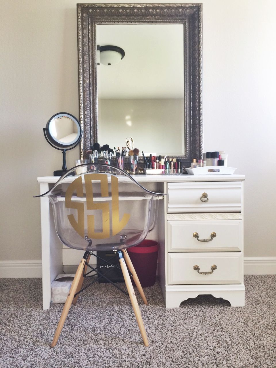 I would love to have this iuve always wanted a makeup table with a