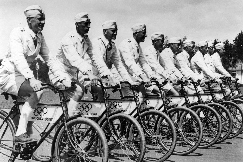 """Jederzeit bereit:  Fahrradstaffel des """"Ehrendienstes"""" im Olympischen Dorf,Juli 1936.(Berlin 1936)"""