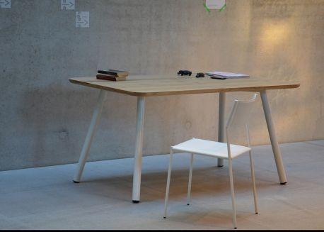 Table de repas ou bureau en bois de chene ou noyer et pieds metal