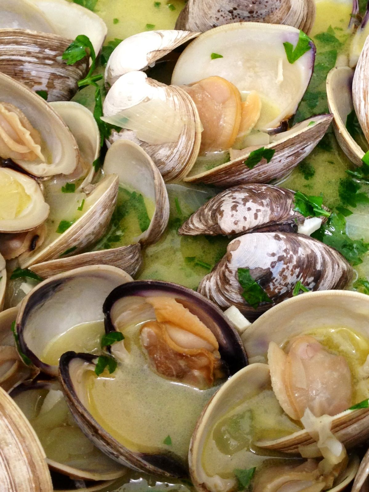 Cherry Stone Clams In A White Wine Garlic Broth Yummy Seafood Chinese Seafood Recipe Clam Recipes