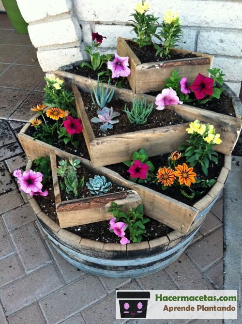 Maceteros de madera con barriles de vino reciclados super for Ideas para jardin reciclado