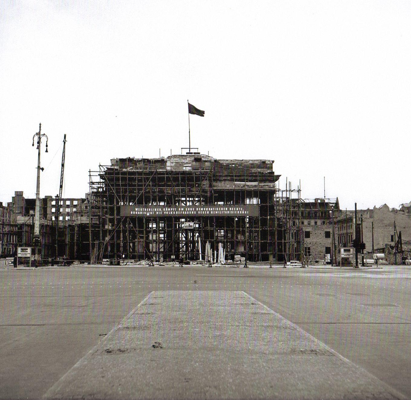 Ernst Hahn Berlin Brandenburger Tor Fur Die Sanierung Eingerustet 1950 Berlin Geschichte Brandenburger Tor Berlin Reisebilder