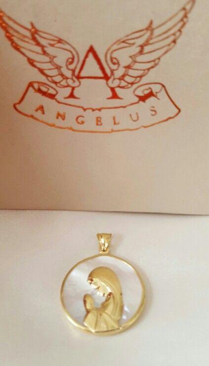 Medalla de nácar con oro de 18kts. Hechas en Argentina.