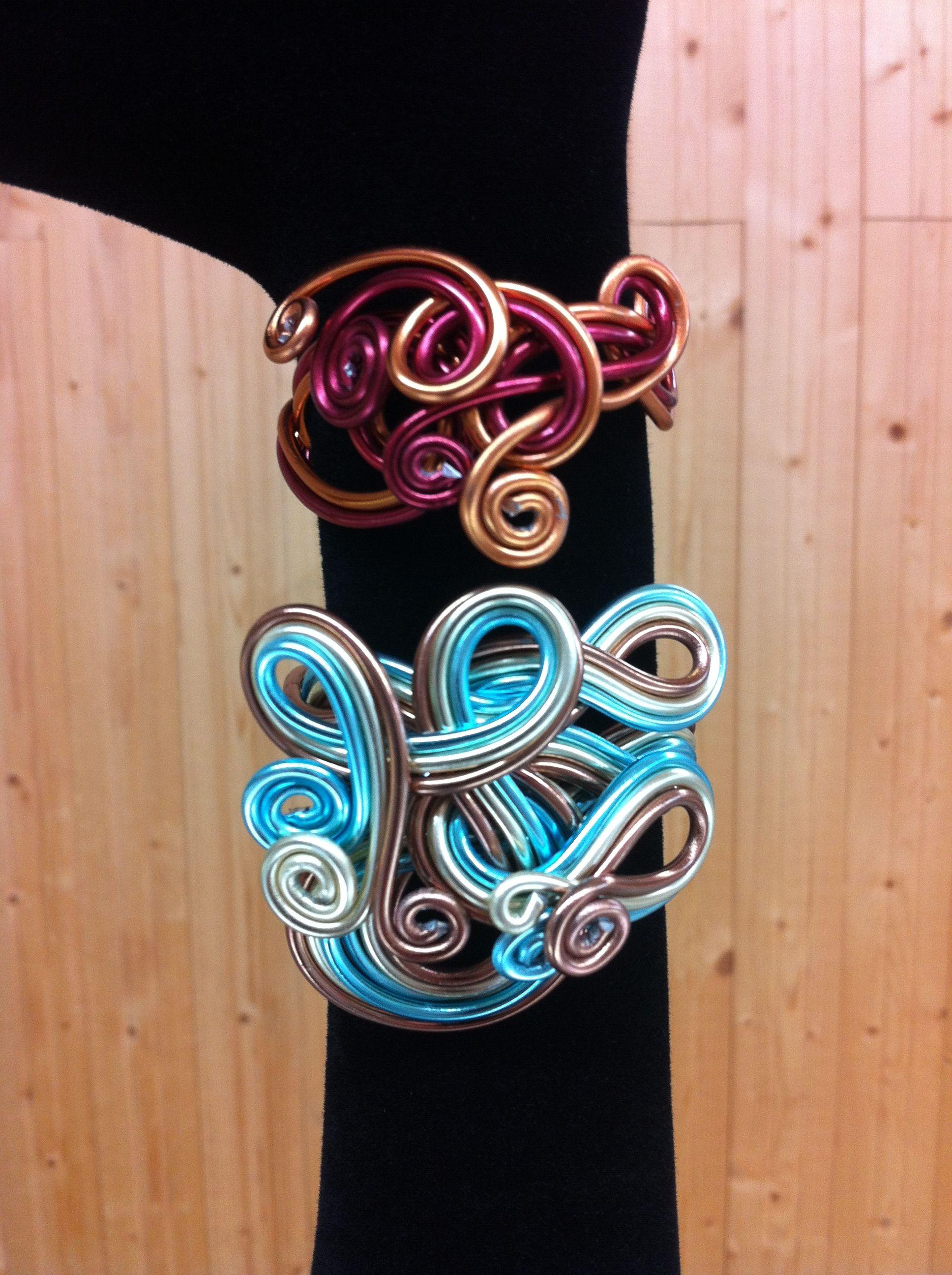 Bracelets en Fils Aluminium. Réalisation pour l'anniversaire du magasin en avril 2013.