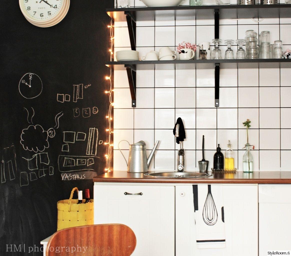 Yksityiskohdilla, kuten led-valoilla ja liitutaululla voi luoda persoonallisen keittiön. Täällä asuu: Suklaamarenki #keittiö #led #liitutaulu #styleroom #välitila #inspiroivakoti