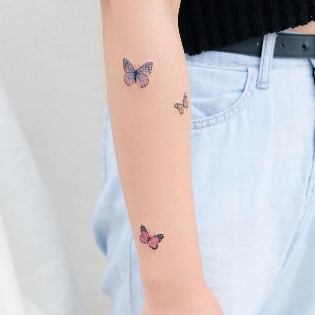 "Photo of Siyeon tattoo on Instagram: ""✨나비 세마리💙💚💖 . #나비타투 #팔타투 #보태니컬아트 #여자타투 #타투 #butterflytattoo #tattoo #botanicalart #art"""