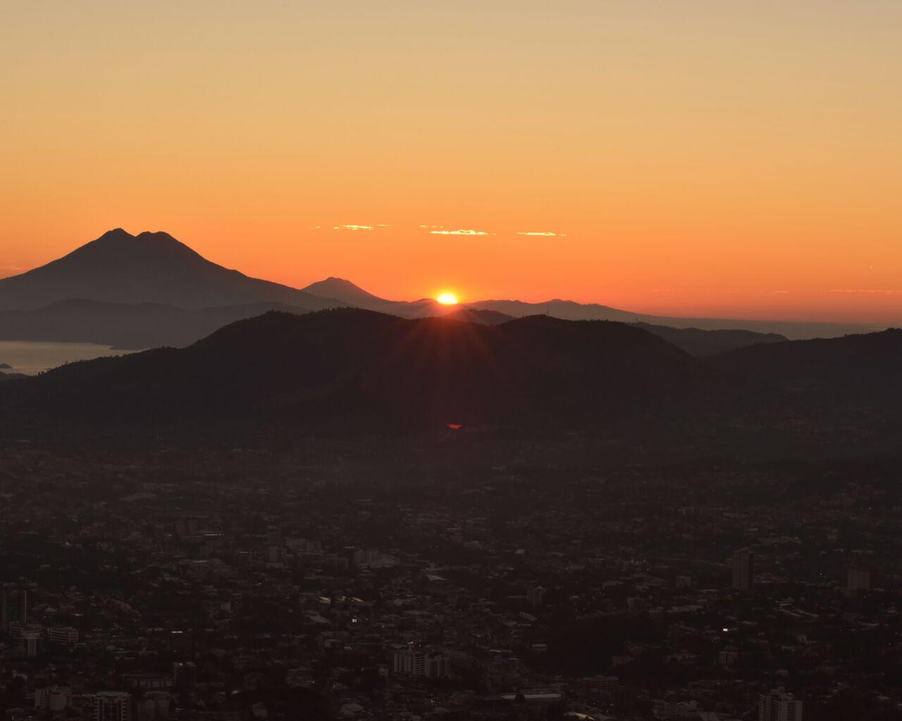 El último amanecer de el año 2016 visto desde el voqueron San Salvador ....?... A A