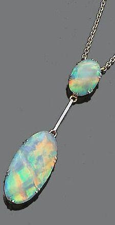 Eine Opal Anhänger Halskette  Eine OpalAnhängerHalskette Der ovale CabochonOpal in einer SechsDoppelklauenFassung zu einer