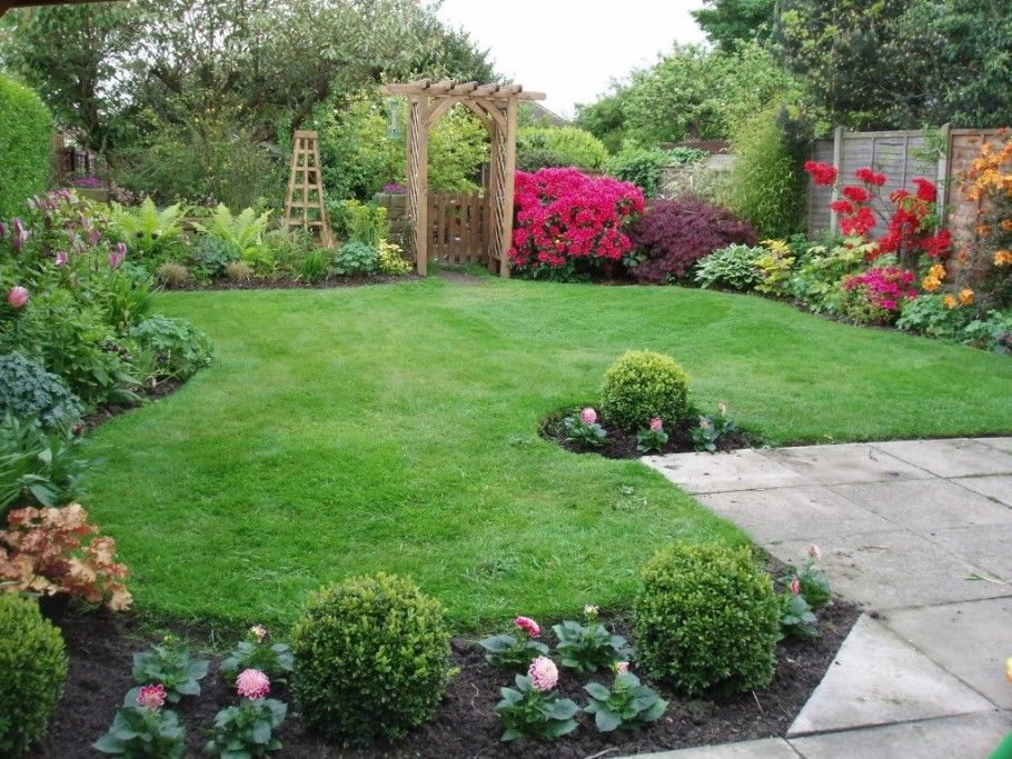 Nice decoration small backyard landscape design with lush for Garden decking borders
