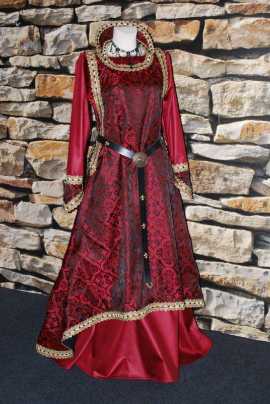 An interesting take on the sideless surcoat.  I rather like the brocade pattern.