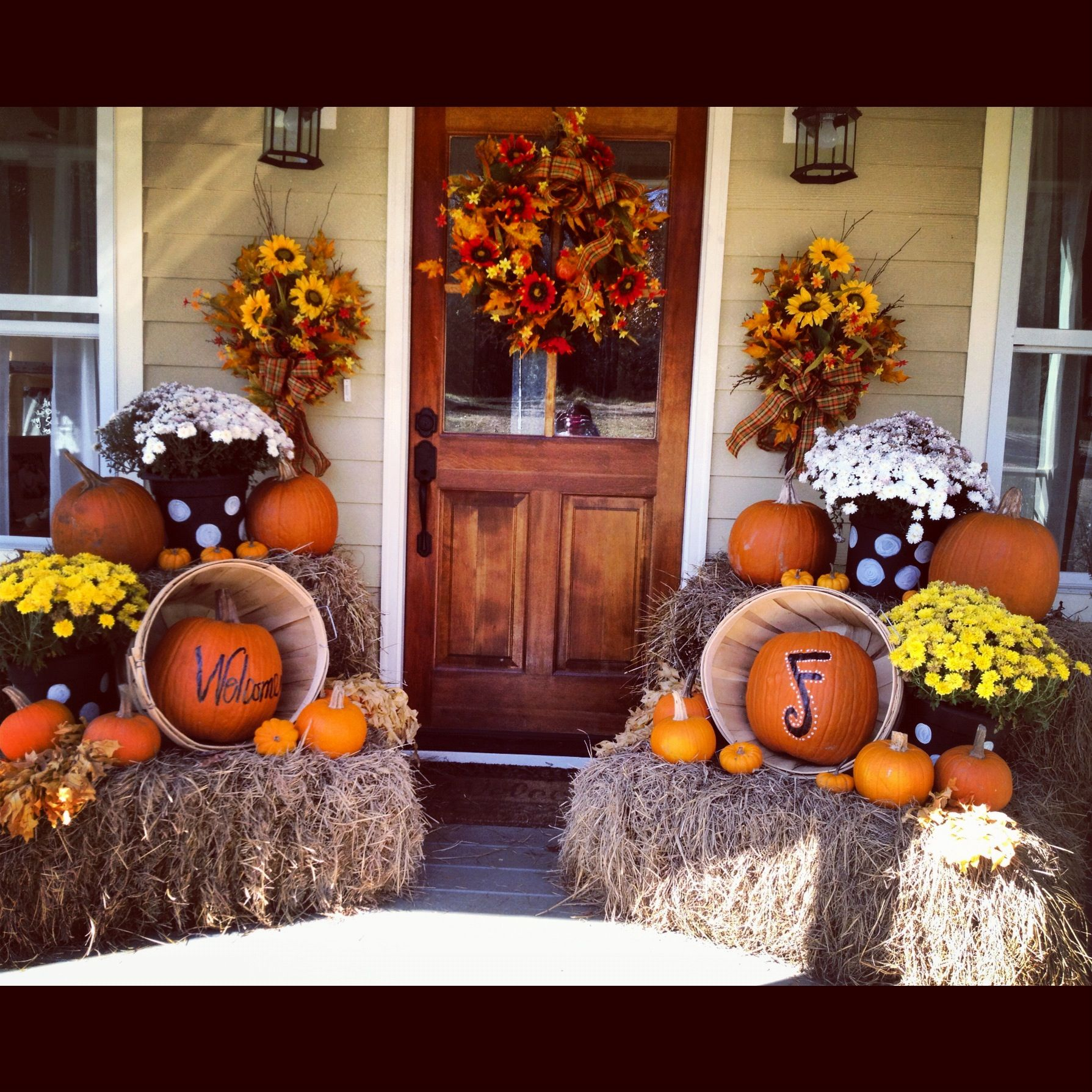 Outdoor fall decorating ideas front porch - Love The Decorations But Really Love The Front Door