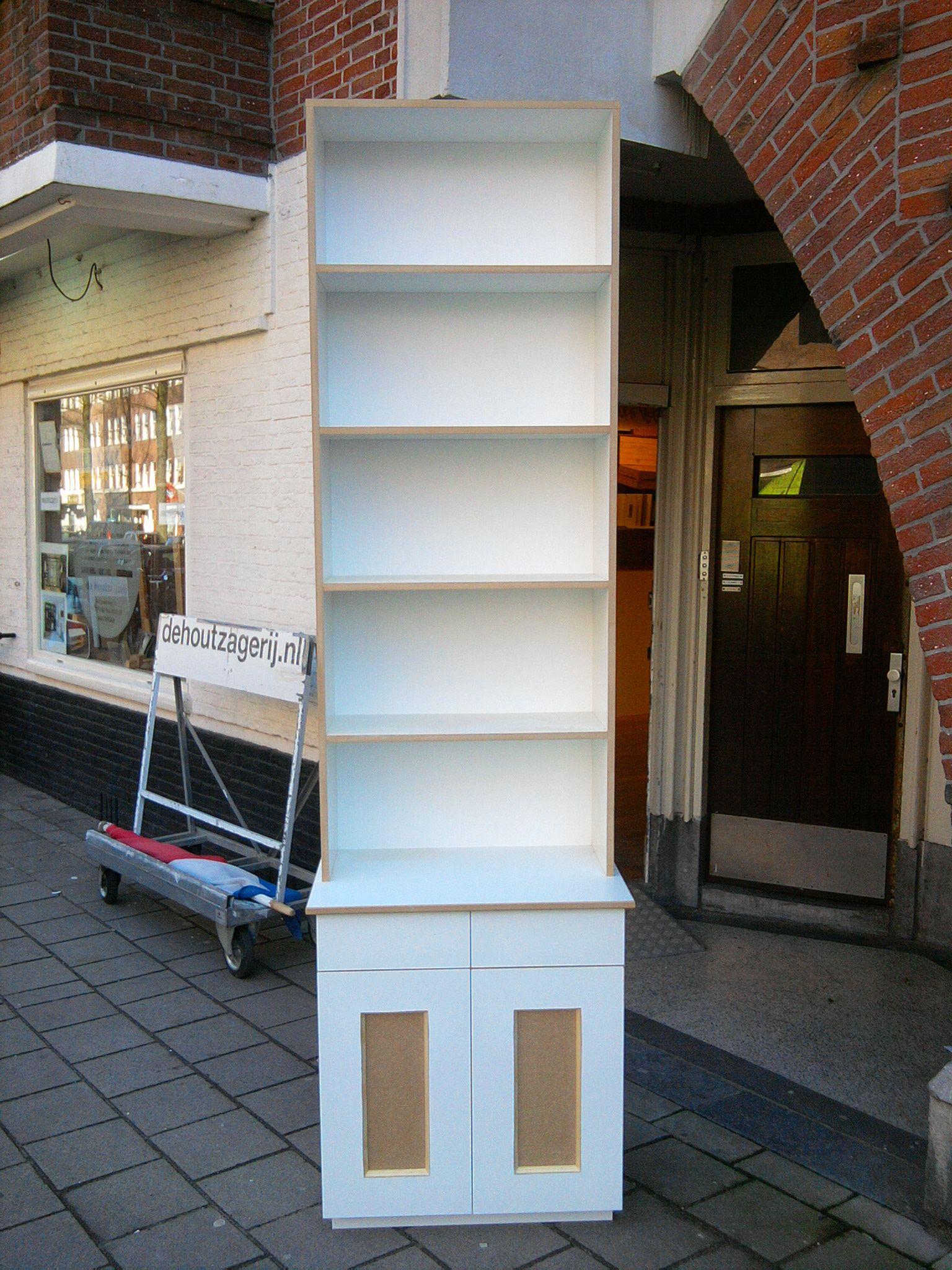boekenkast van mdf wit grondeerfolie paneel