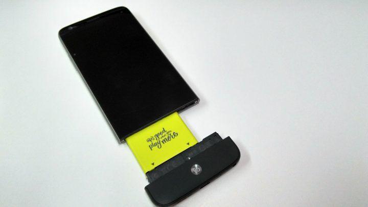 Tutorial: como remover a bateria e trocar os módulos do LG G5 SE - http://www.showmetech.com.br/tutorial-como-trocar-os-modulos-do-lg-g5/