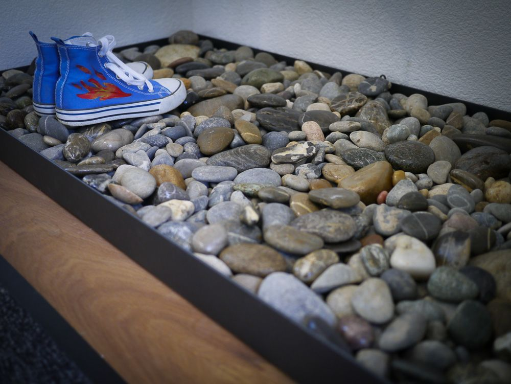 shoes tray with stones schuhablage blechwanne kiesel acryl lack fertig inspiration. Black Bedroom Furniture Sets. Home Design Ideas