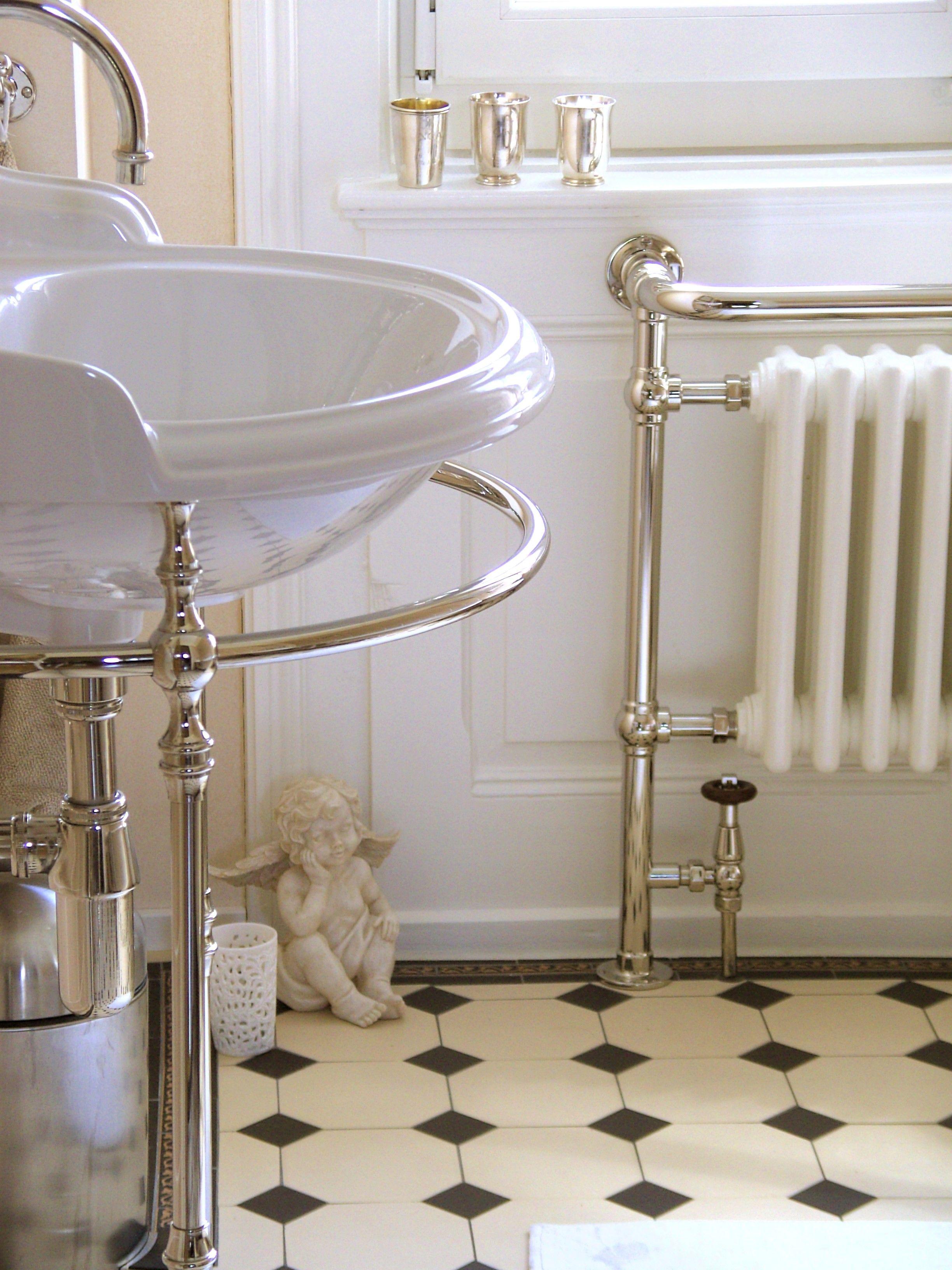 Nicht nur der Waschtisch im klassischen Stil, sondern das komplette ...