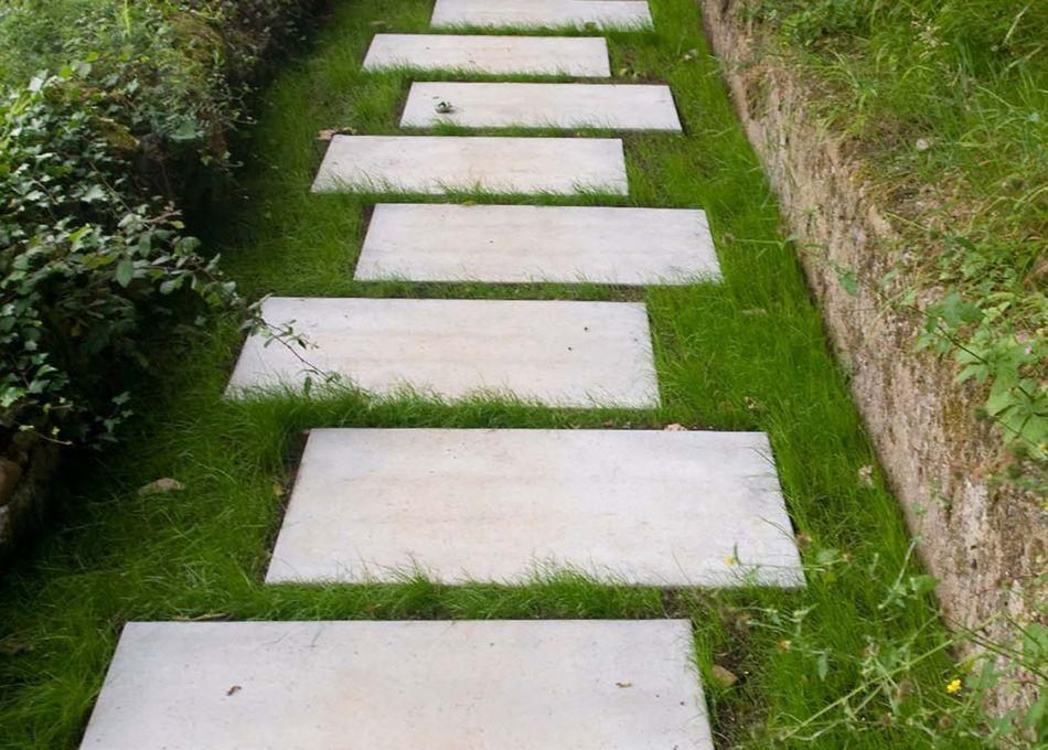 Losa de cemento chino lavado sobre cesped sin instalacion for Jardines sin cesped