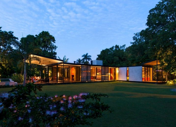 Maison plain pied contemporaine avec grandes baies vitrées ...