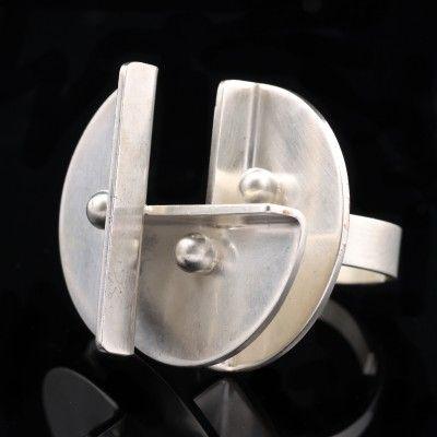 Elis Kauppi for Kupittaan Kulta, Modernist silver ring. #Finland | Auctionhouse Annmari´s