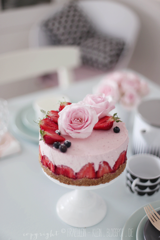 Fräulein Klein : Erdbeerzeit: Erdbeer - Rosmarin Cheesecake-Eis • No-bake Erdbeer-Rosentorte