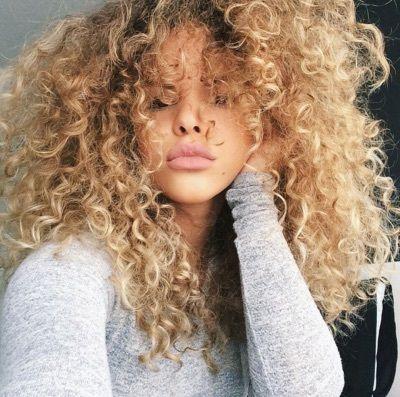 Couleur blonde sur cheveux frises