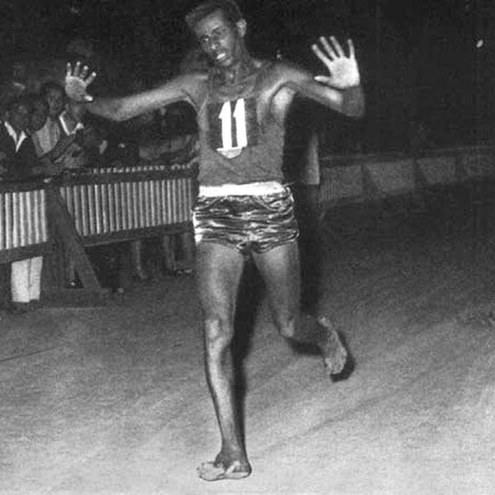 Abebe Bikila fue el primer atleta del África Negra en llevarse la medalla de oro olímpica de maratón, fue en Roma en 1960. Tuvo la particularidad de correrla descalzo, al no soportar las zapatillas porque le generaban ampollas y le hacían reducir su rendimiento. #abebebikila #atleta #negro http://www.pandabuzz.com/es/imagen-historica-del-dia/medalla-oro-abebe-bikila