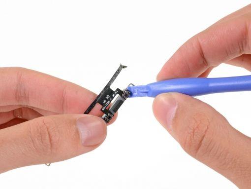 Schritt 60 -       Drücken Sie die Spitze des Kunststoff-Öffnungswerkzeuges unter die Oberseite des Volume Rocker. Heben Sie es an und trennen es vom Sockel der Lautstärke-Tasten.      Wiederholen Sie den Schritt für die Unterseite des Volume Rocker.