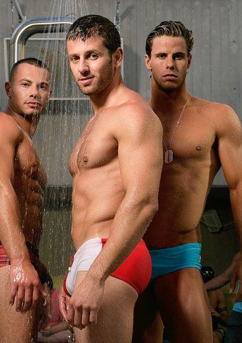 Macizos gays en bañador