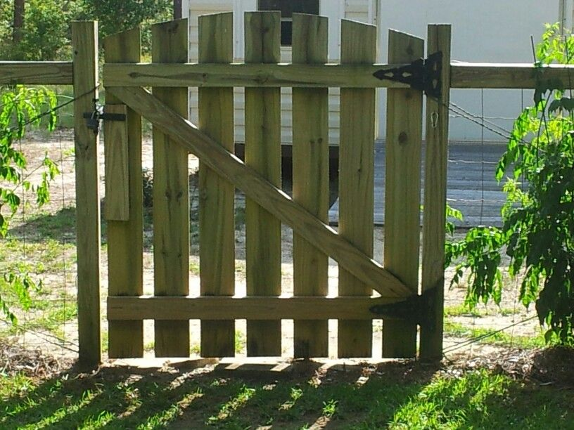 This Gate Just 2x4 And 1x6 Fence Boards Make It To Fit Any Size Or Even Out Of Palets Diy Gate Backyard Outdoor