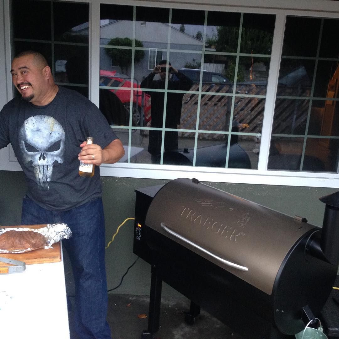 I get my compa a smoker and now he thinks he's a pro... He wanted to start by cooking a brisket, had to tell him to take baby steps. #utahbbqcompany #bbqpitstop #smokinginchinoCA #traegergrills #traegerbbq Reposted Via @fidel_astorga