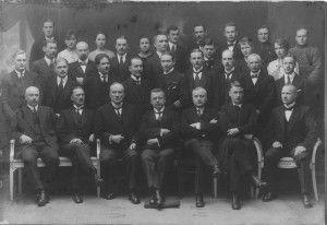 Suomen rauhanvaltuuskunta avustajineen. Eturivissä vasemmalta lukien: Alexander Frey (rkp), Väinö Voionmaa (sdp), J.H. Vennola (ed.), J.K. Paasikivi (kok.), Rudolf Walden (sit.), Väinö Kivilinna (ml.) ja Väinö Tanner (sdp).