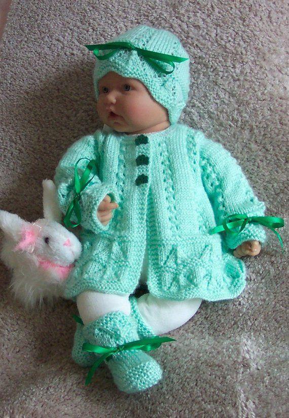 Botines hechos a mano de bebé verde o Reborn Sweater Layette Easter St Patricks Regalo de Navidad con botones Shamrock – 0 -12M- Listo para enviar