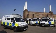 Carros da polícia inglesa em um dos locais de competição de 2012: em Londres, a equipe de segurança das Olimpíadas do Rio aprendeu que a segurança privada não é a melhor solução Foto: Luke MacGregor / Reuters (10/08/2012)