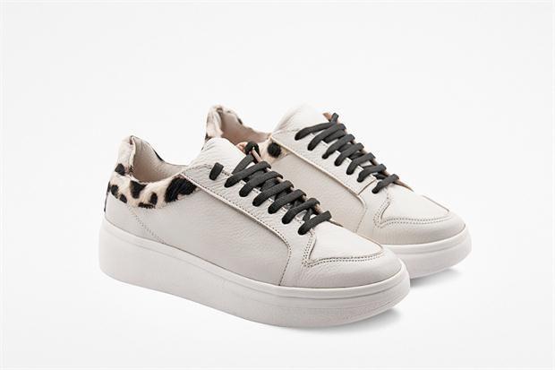 Moda para un invierno blanco  Zapatillas conbinadas con animal print (Due Per Nicchi, consultar precio).