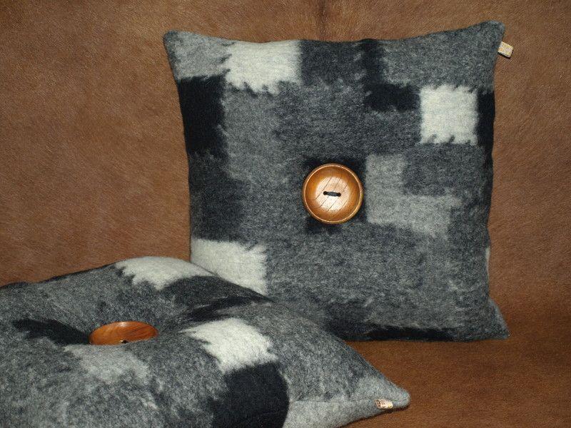 Zwart wit grijs kussen verfraaid met grote houten knoop met zwart