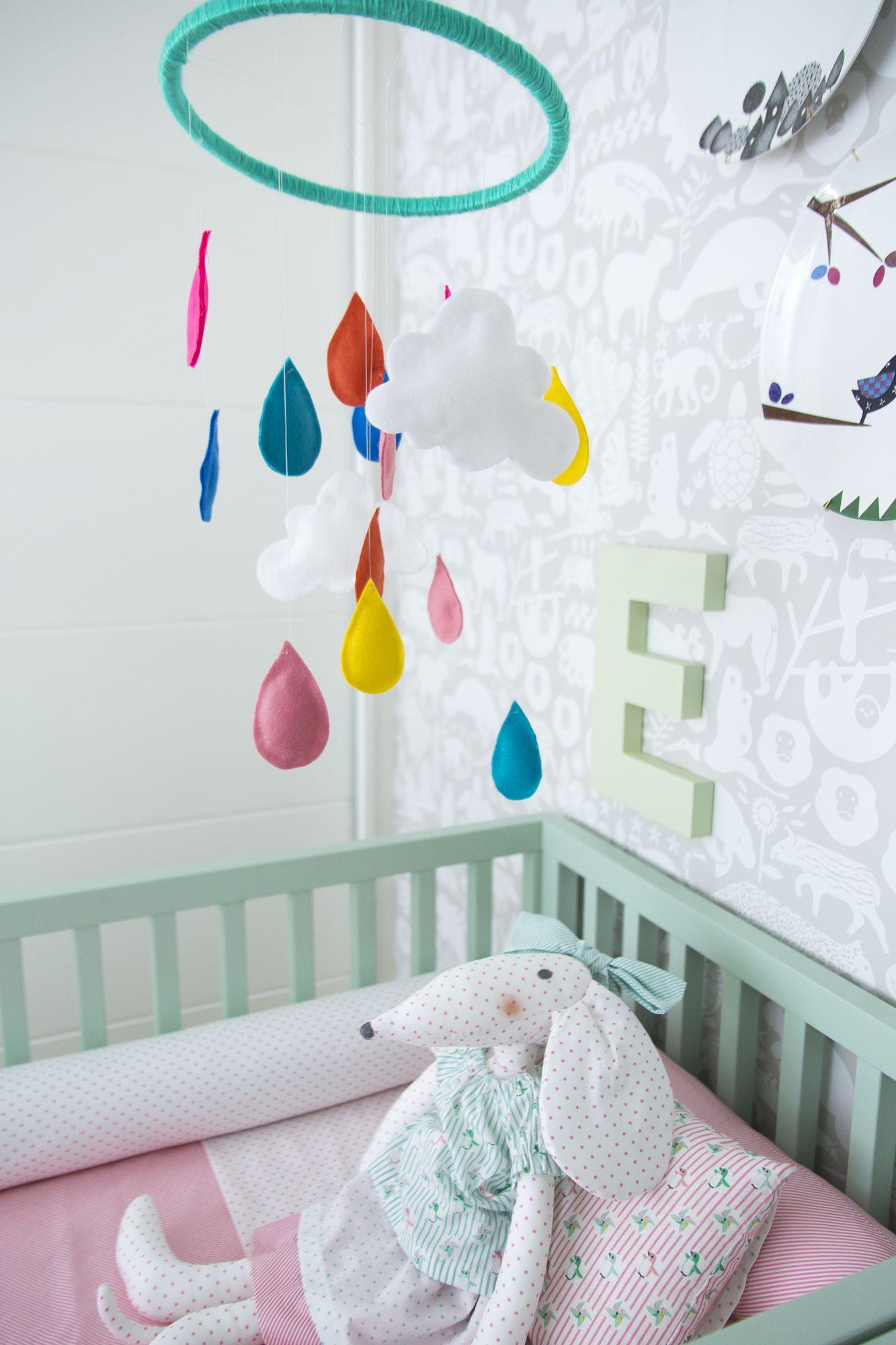 Decora Rosenbaum Temporada 3 - Quarto de bebê. Composição de enxoval de berço rosa e verde e móbile gotas. Foto: Felipe Felco Valle