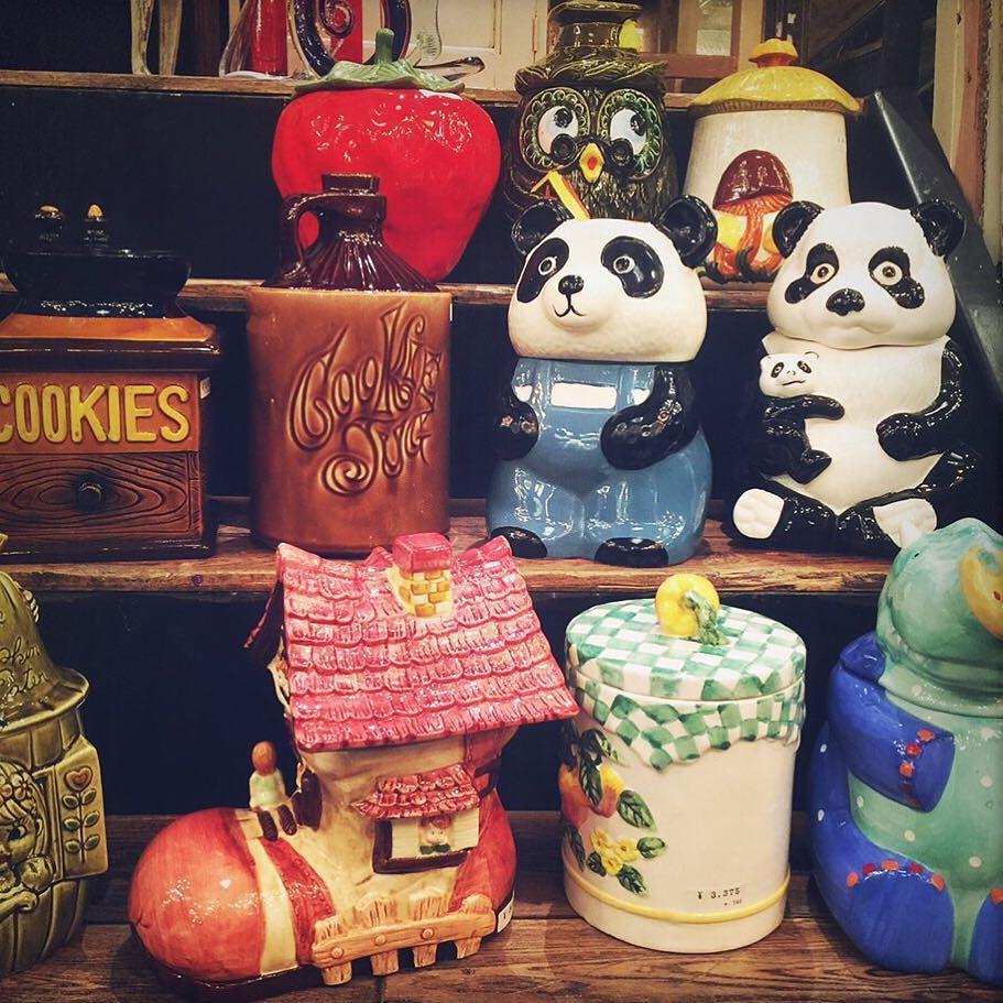 可愛らしいクッキージャーが沢山店舗へ!!かなり大きめサイズたち!! ちなみにこいつら倉庫にもクリーニング待ちが30点以上控えています by 70b_antiques
