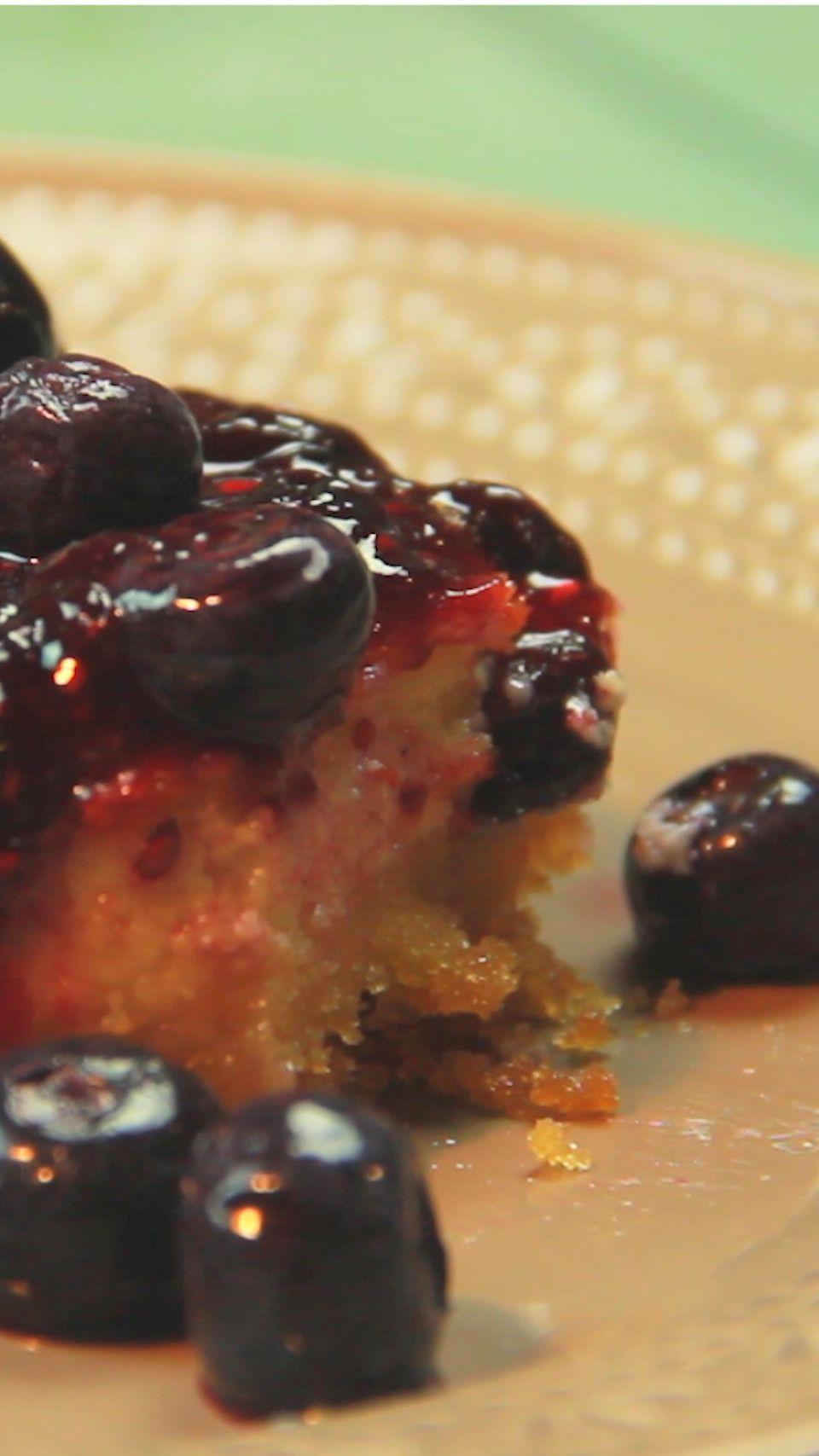 Exquisito Cheescake con salsa de Frutos rojos, ideal para el postre.