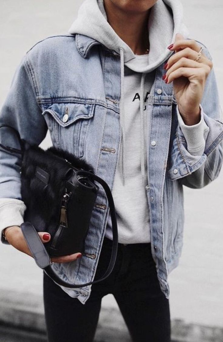 Levis Denim Jacket Outfit With A Sweatshirt Underneath Black Crossbody Bag And Black Skinny Jeans Ootd Outfits Outf Fashion Hoodie Outfit Jacket Outfits
