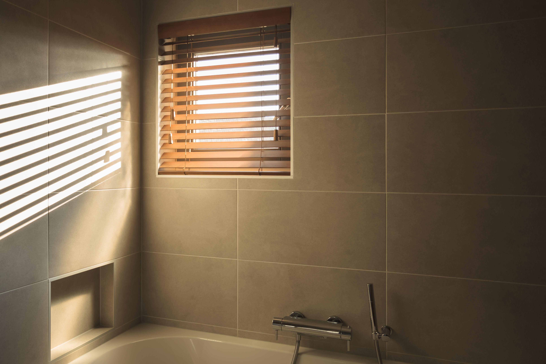 Gave houten horizontale jaloezie in badkamer in de kleur van het
