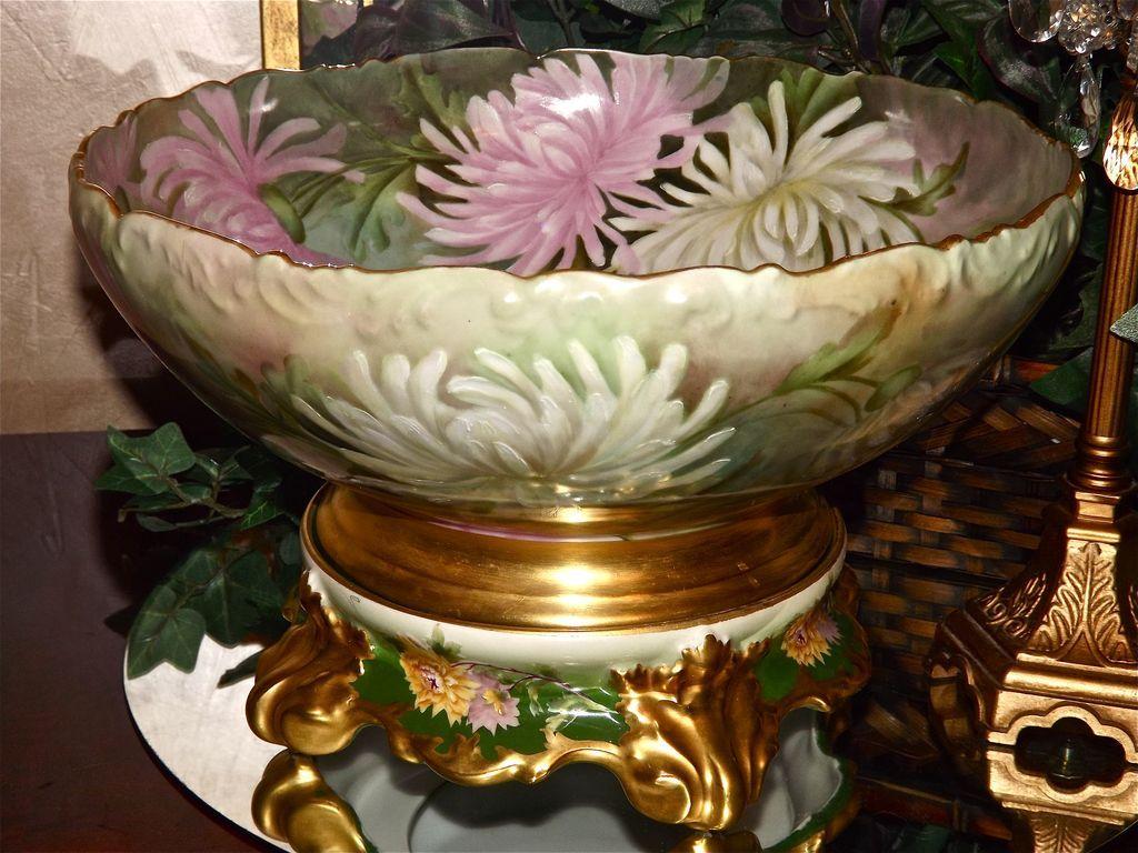Limoges Enormný Punch Bowl zdobená zdobené biele a ružové mamičky spolu s podstavcom / base