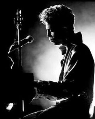 When U are so talented all U need is a #SpotlightPiano&AMicrophone #Tour #Prince #rUready #Purplearmy #purplecollective