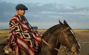 Los Personajes:Indalecio es la protagonista. Indalecio estaba en la carcel por quince anos, y  es ahora vuelve su rancho en Uruguay. Cuando se fue su casa, Indalecio tenia una spousa. Indalecio es muy egoista.