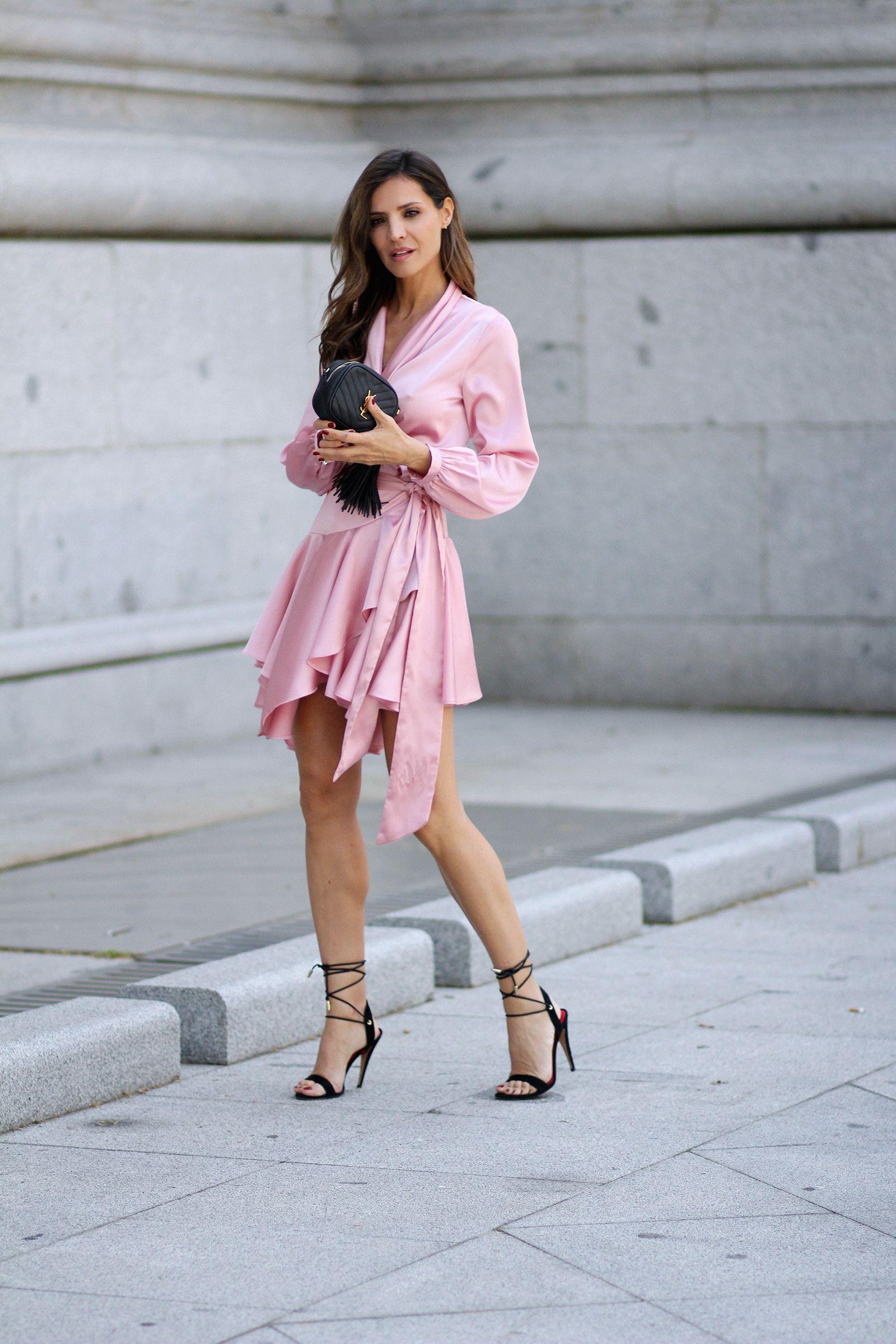 Vestido negro con sandalias rosas