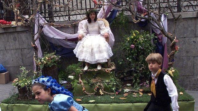 Fiestas de San Isidro: El barrio de Lavapiés ha recuperado, desde 1988, la tradicional fiesta de Los Mayos. En ella, vecinos y vecinas, ataviados a las usanzas castellana y goyesca, ambientan un barrio que se transforma para la ocasión.