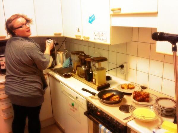 Mari Siltanen teki suorassa radiolähetyksessä köyhiä ritareita hävikkiviikon kunniaksi.