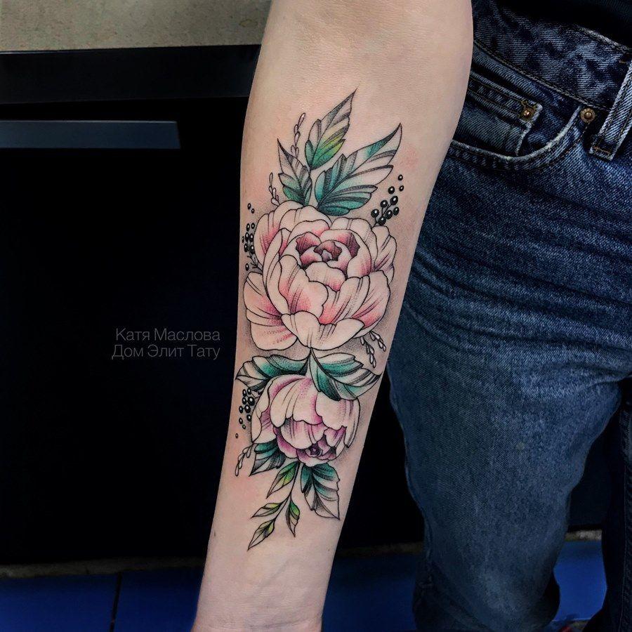 фото женской татуировки на руке цветные пионы в стиле графика тату