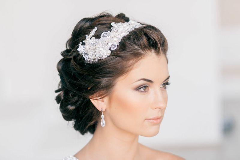 Brautfrisur mit diadem hochgesteckt